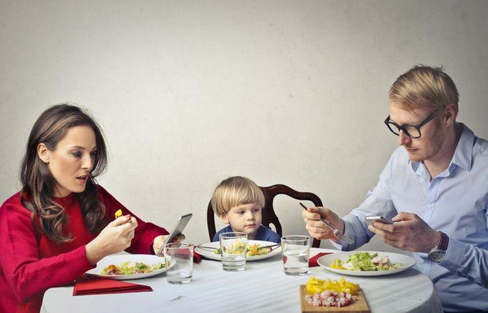 Menggunakan handphone saat makan malam membuat kita tidak sadar dengan jumlah makanan yang sudah dilahap.