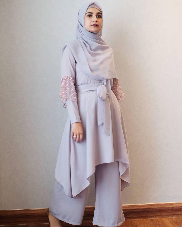 Gaya modis dan santun Shireen Sungkar dengan paduan tunik hijab