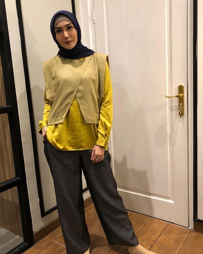 Penampilan Hijab Kasual yang Simpel untuk Sehari-hari ala Fenita Arie – Bright Yellow