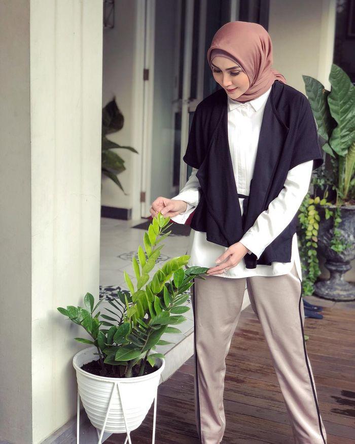 Penampilan Hijab Kasual yang Simpel untuk Sehari-hari ala Fenita Arie – Simpel Black and White