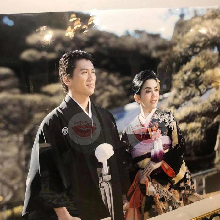 Foto Reino Barack dan Syahrini mengenakan kimono.