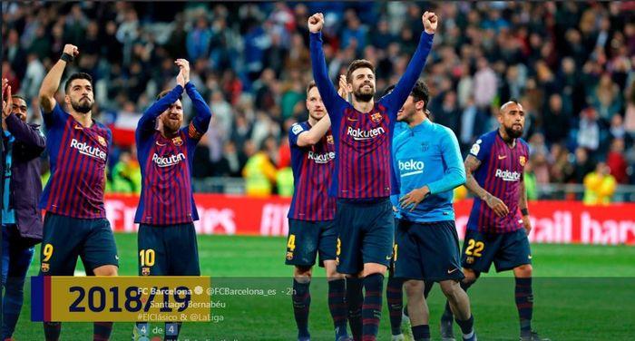 Para pemain Barcelona merayakan kemenangan di kandang Real Madrid pada laga el clasico