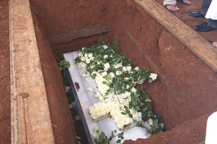 Jenazah ibunda Mikha Tambayong, Deva Sheila Tambayong, dikebumikan di TPU Menteng Pulo, Jakarta Selatan, Selasa (5/3/2019).