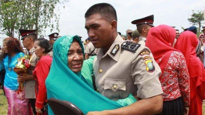 M Ikram memeluk ibunya.