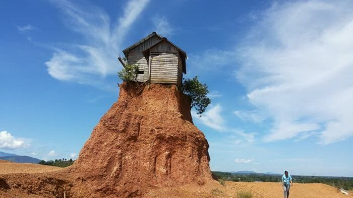 Rumah di puncak bukit, banyak angin jahat yang kencang dari 8 penjuru, yang mengakibatkan karier mendapat masalah bertubi-tubi.