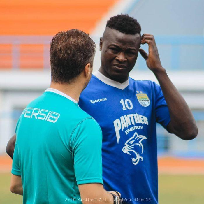 Striker Persib Bandung, Ezechiel Ndouassel, mendapatkan arahan dari pelatih Miljan Radovic.