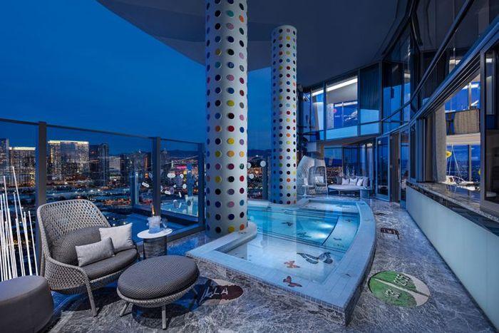 Fasilitas kolam renang pribadi di resort.