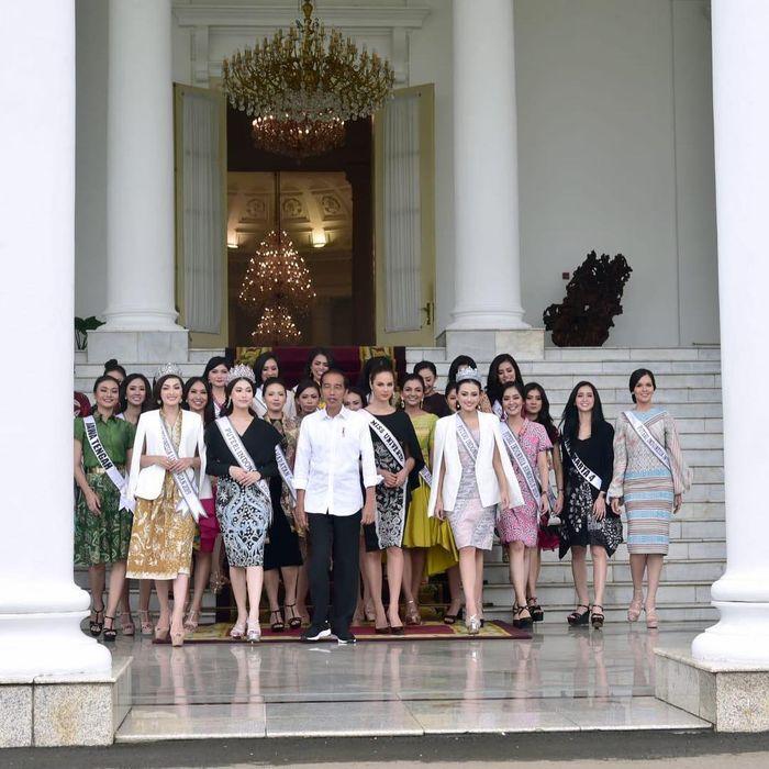 Rombongan finalis Putri Indonesia 2019, Miss Universe 2018 Catriona Gray dan Presiden Jokowi berjalan ke pelataran Istana Bogor untuk melakukan foto bersama