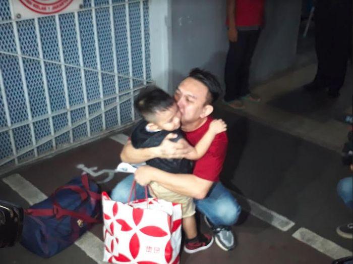 Augie Fantinus memeluk sang anak pasca bebas dari penjara.