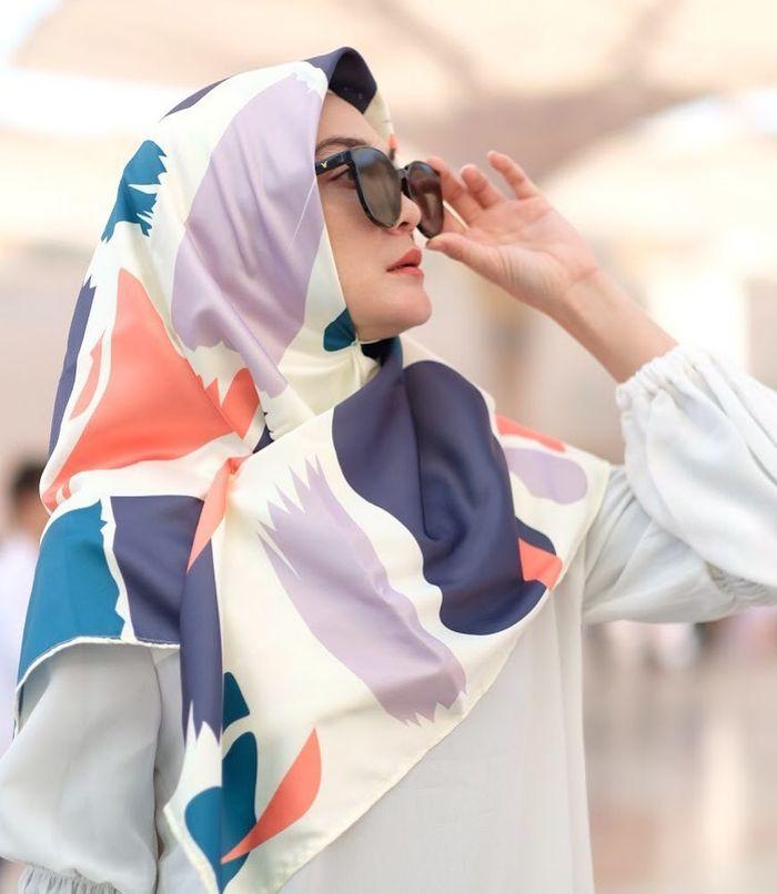 Penampilan Luna Maya dengan hijab motif multicolor