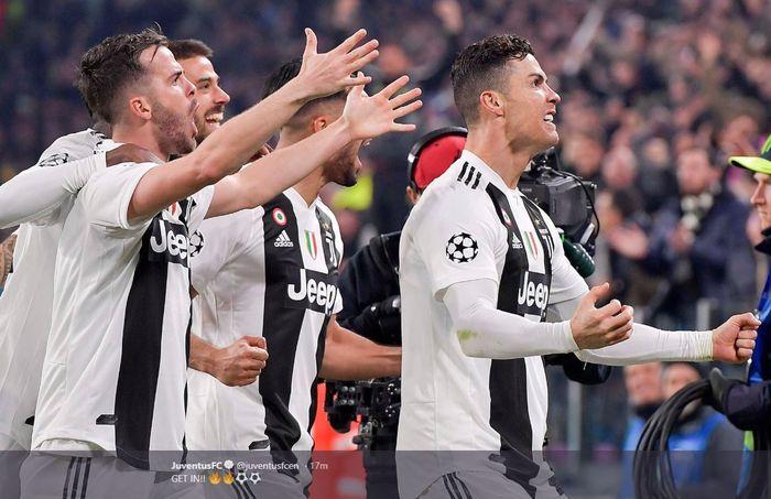 Megabintang Juventus, Cristiano Ronaldo (kanan), merayakan gol yang dicetak ke gawang Atletico Madrid dalam laga leg kedua babak 16 besar Liga Champions di Stadion Allianz, Selasa (12/3/2019).