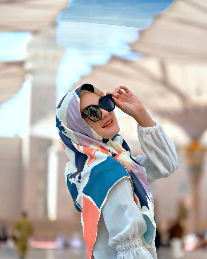 Luna Maya tetap tampil anggun saat mengenakan hijab motif
