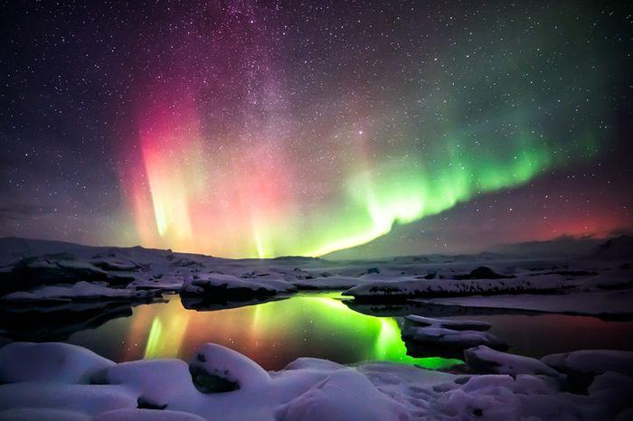 Aurora merah dan hijau di langit Islandia.