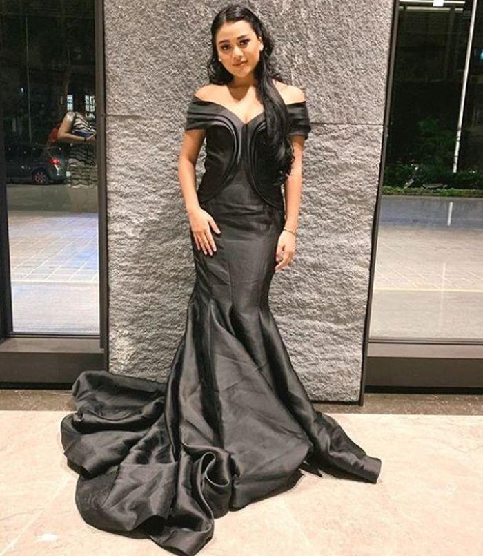 Aurel Hermansyah tampak anggun dalam balutan dress hitam