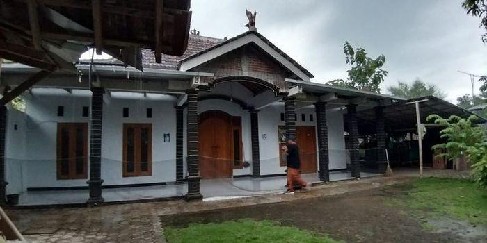 Kondisi rumah Katimun, tokoh yang mengajak 52 warga Desa Watu Bonang, Kecamatan Badegan, Kabupaten Ponorogo pindah ke Malang karena isu kiamat sepi tak berpenghuni
