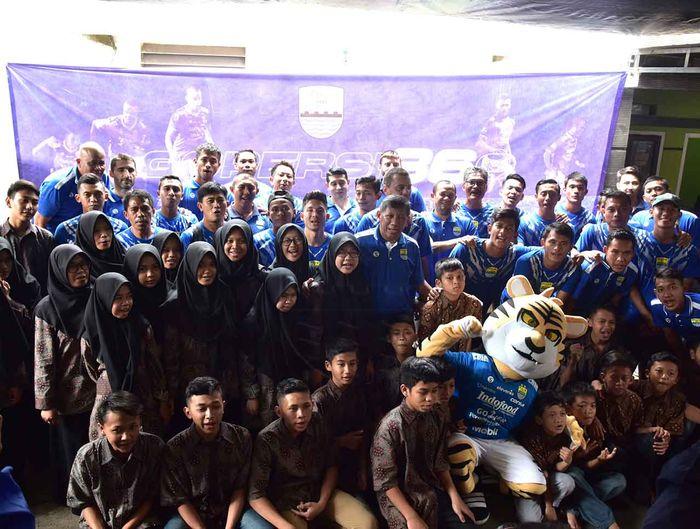 Persib Bandung merayakan ulang tahun ke-86 di Panti Asuhan An-Nisa Rosada, Bandung, Kamis (14/3/2019).