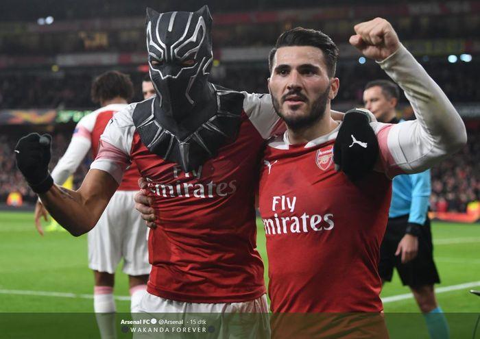 Penyerang Arsenal, Pierre-Emerick Aubameyang (kiri), merayakan gol yang dicetak ke gawang Rennes dalam laga leg kedua babak 16 besar Liga Europa di Stadion Emirates, Kamis (14/3/2019).