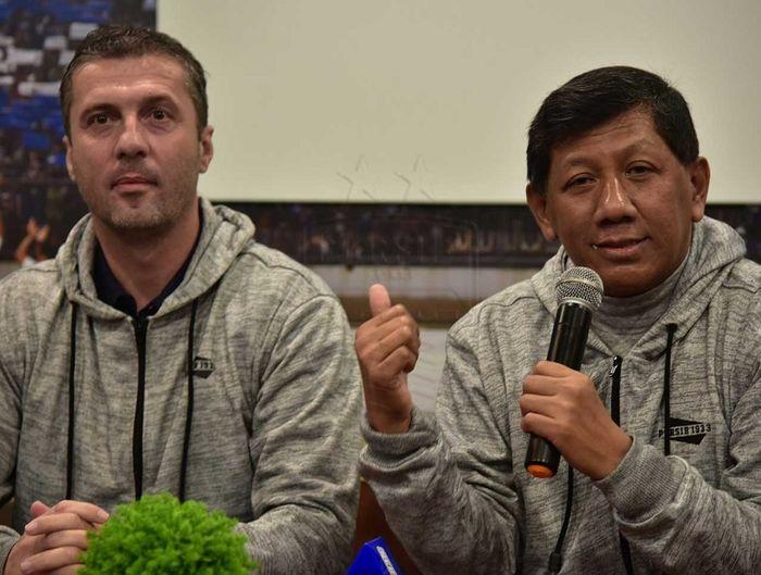 Pelatih Persib Bandung Miljan Radovic dan Komisaris PT Persib Bandung Bermartabat Kuswara S Taryono tampil di depan para bobotoh dalam ulang tahun ke-86 Persib di Kota Bandung, Kamis (14/3/2019).
