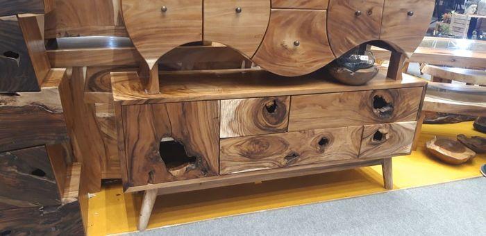 Lubang alami yang menjadi detail pada lemari