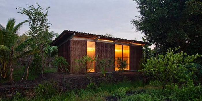 Vo Trong Nghia Architects membangun rumah murah tersebut untuk bangunan permanen. Rumah itu seharga kurang dari 2.500 poundsterling atau setara Rp 47 juta lebih.