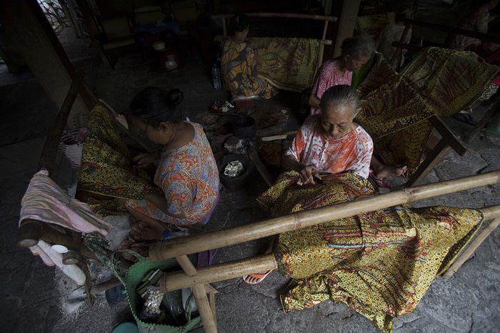 Setiap hari, para pembatik di rumah batik Nyah Kok yang mulat bekerja sejak pukul 08.00 pagi hingga 15.30 sore. Mereka berusia antara 50 hingga 70 tahun. Mereka mengambil hari libur membatik ketika musim menanam, musim hajatan dan pernikahan, dan musim panen.