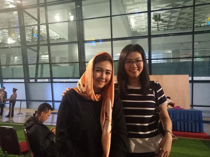 Istri Mohammad Ahsan dan Henda Setiawan, Christine Novitania dan Sandra Arief, di Bandara Soekarno-Hatta pada Minggu (17/3/2019)
