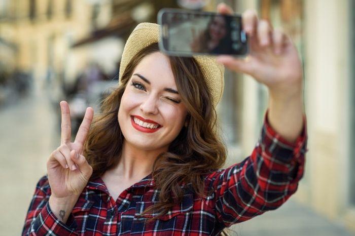 Tips Selfie Biar Kelihatan Langsing di Kamera, Cewek-cewek Harus Tahu nih, Kepoin yuk!