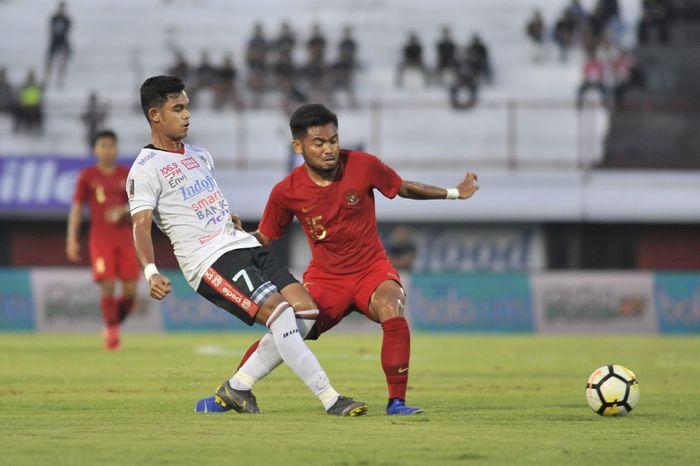 Miftahul Hamdi dari Bali United dan Saddil Ramdani dari timnas U-23 Indonesia dalam laga uji coba di Stadion Kapten I Wayan Dipta, Gianyar, Minggu (17/3/2019).