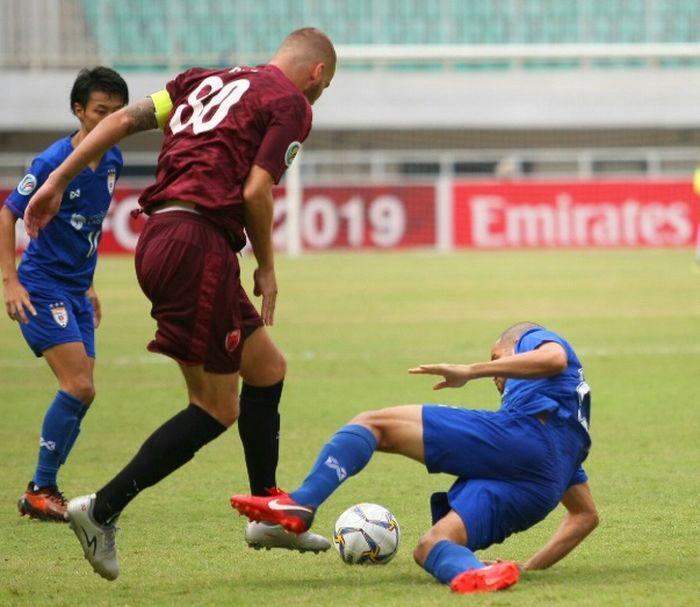 Pemain PSM Makassar Wilhan Pluim melewati pemain Lao Toyota dalam laga kedua Piala AFC 2019.