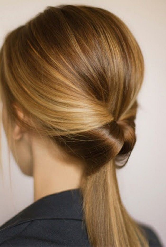 Gaya rambut kucir ekor kuda yang dimasukkan ke dalam rambut