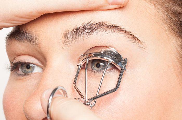 5 Langkah Makeup Untuk Bulu Mata Pendek & Tipis Jadi Panjang & Tebal -  Semua Halaman - CewekBanget
