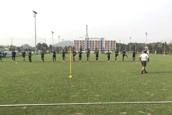 Timnas U-23 Indonesia menjalani latihan perdana di Viettel Sports Center, Hanoi, Vietnam, Selasa (19/3/2019).