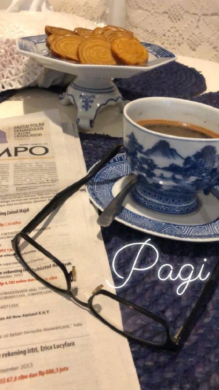 Yuni Shara rutin mengonumsi kopi di pagi hari (Instagram @yunishara36)