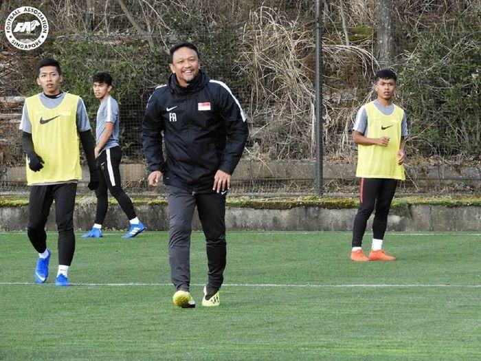 Pelatih timnas U-23 Singapura, Fandi Ahmad saat memimpin latihan anak asuhnya di Jepang.