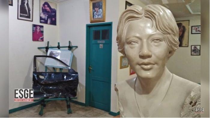 Pintu asli mobil Nike Ardilla pasca kecelakaan yang dimuseumkan.