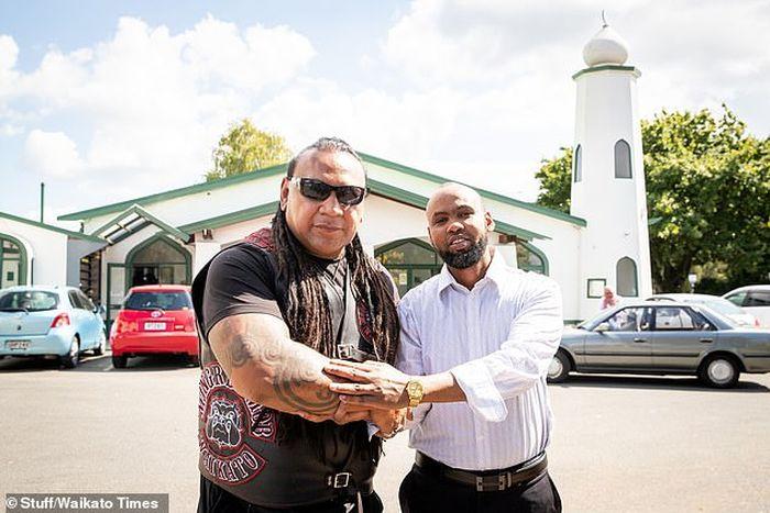 Presiden ketua Waikato Mongrel, Sonny Fatu (kiri) menawarkan untuk melindungi Masjid Jamia