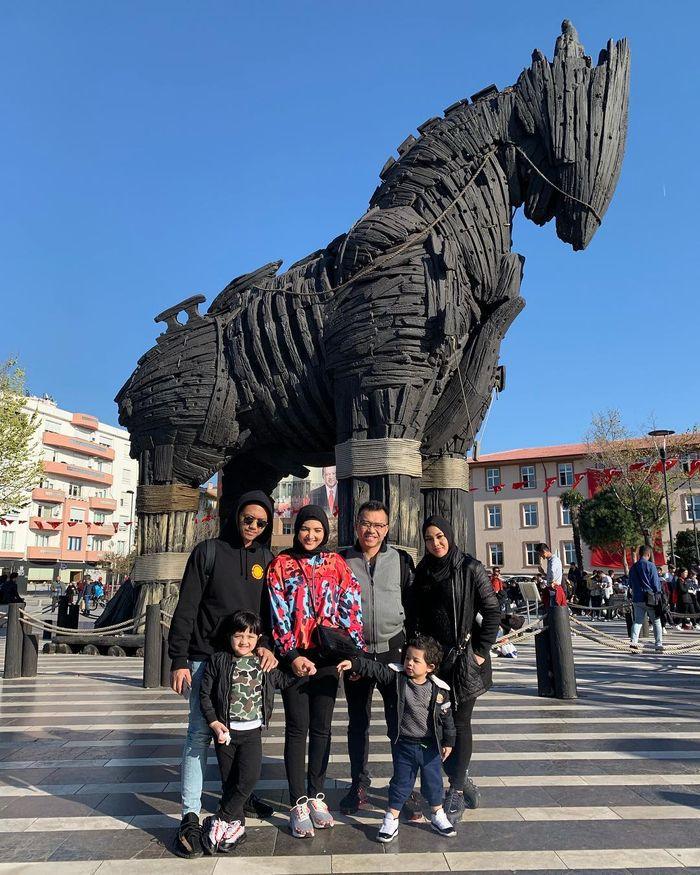 Ashanty dan Aurel Hermansyah kompak dan tampil beda dengan mengenakan hijab saat di Turki