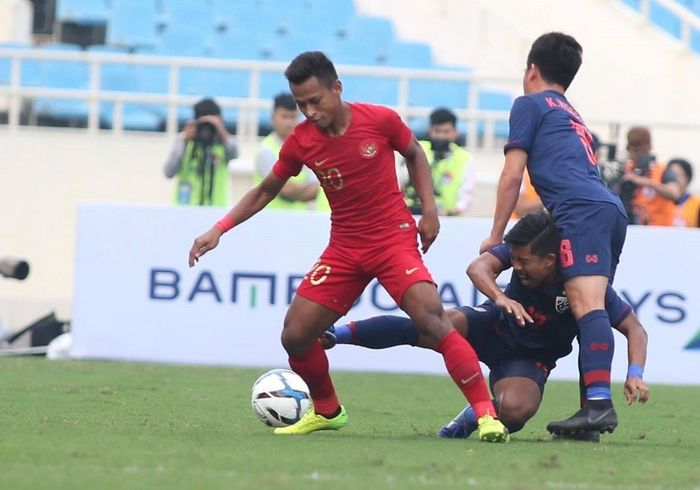 Winger <a href='https://bangka.tribunnews.com/tag/timnas-u-23-indonesia' title='TimnasU-23Indonesia'>TimnasU-23Indonesia</a>, Osvaldo Haay, mendapatkan pengawalan ketat dari dua pemain Thailand di laga kualifikasi Piala Asia U-23 2020.