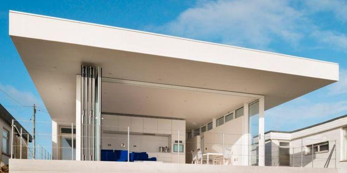 Pintu yang menghadap laut menyediakan pemandangan air dan akses ke dek eksternal. Satu bagian dari lantai ke langit-langit memantulkan cahaya dan menyembunyikan tempat penyimpanan terintegrasi.
