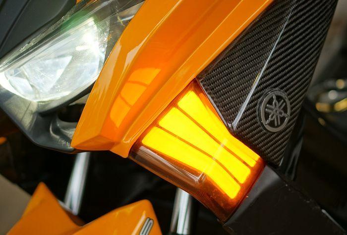 Tampilan lampu depan dimaksimalkan dengan sein LED yang keren