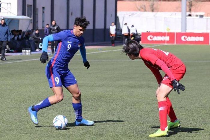 Aksi pemain timnas U-23 Singapura, Ikhsan Fandi (9) memcoba melewati pilar timnas U-23 Korea Utara pada laga kedua Grup G Kualifikasi Piala Asia U-23 2020 di Ulaanbaatar, Mongolia, 24 Maret 2019.