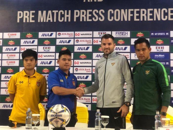 Pelatih dan pemain timnas Indonesia (SImon McMenemy dan Andritany Ardhiyasa) dalam jumpa pers sebelum laga persahabatan kontra Myanmar.