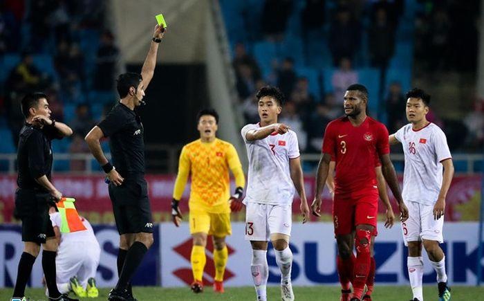Pemain Timnas U-23 Indonesia Marinus Wanewar dikartu merah karena menyandung kaki pemain Vietnam saat  selebrasi di Stadion My Dinh, Minggu (24/3/2019).