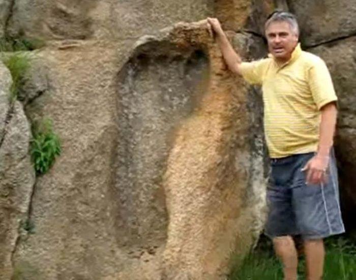 Michael Tellinger dengan jejak besar pada batu di Afrika
