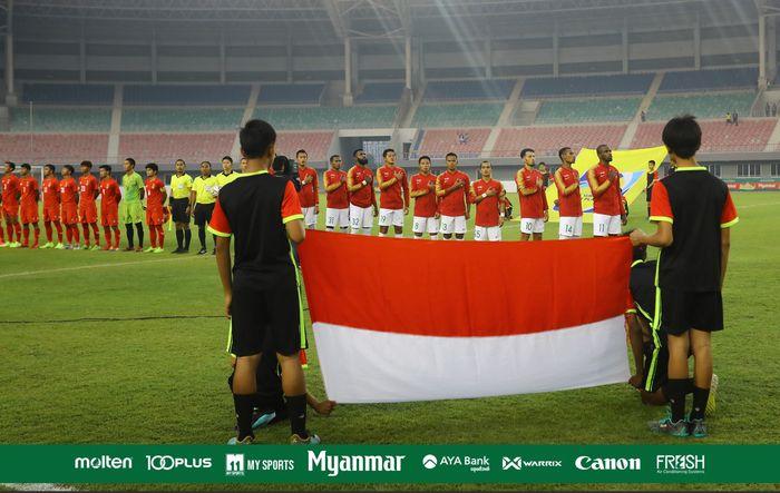 Bek timnas Indonesia, Yanto Basna (32) bersama para pemain skuat Garuda jelang laga uji coba kontra timnas Myanmar di Stadion Mandalathiri, Mandalay, 25 Maret 2019.