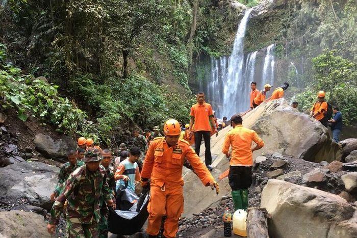 Proses evakuasi korban longsor di kawasan wisata air terjun Tiu Kelep, Senin (18/3/2019).