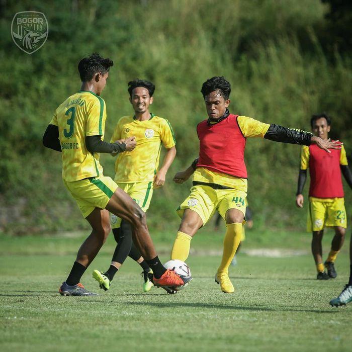 Para pemain Bogor FC sedang menjalani latihan.