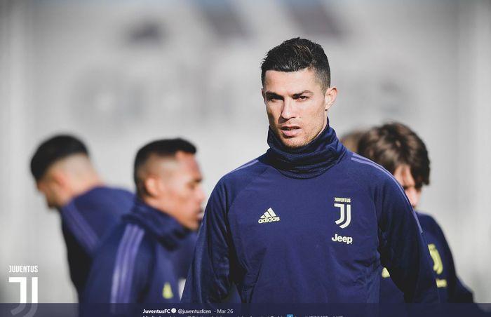 Megabintang Juventus, Cristiano Ronaldo, menjalani sesi latihan.