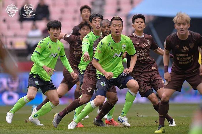 Striker Pohang Steelers, David Da Silva (posisi keempat dari kanan) saat menjalani laga kontra tuan rumah Jeonbuk Hyundai Motors pada lanjutan Liga Korea Selatan 2019 di Stadion Jeonju World Cup, 30 Maret 2019.