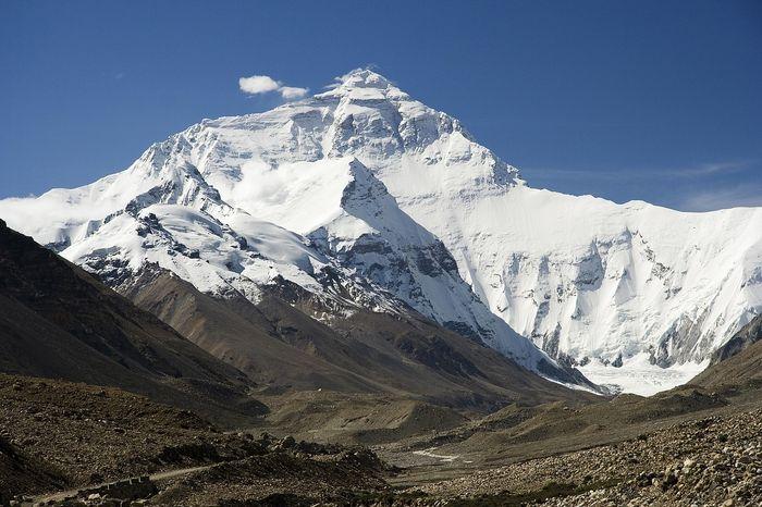 Gunung Everest yang ada di Pegunungan Himalaya, Nepal.